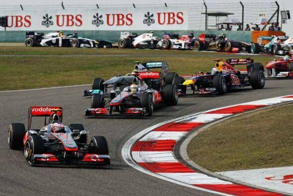 La salida fue limpia y los 24 pilotos lograron sortear las primeras curv...