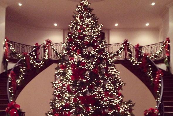 Kris Jenner, mamá de las Kadashians, puso un árbol  muy alto en la entra...