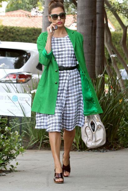 Palomita para Eva Mendes, su 'look' luce genial, fresco y en tendencia....