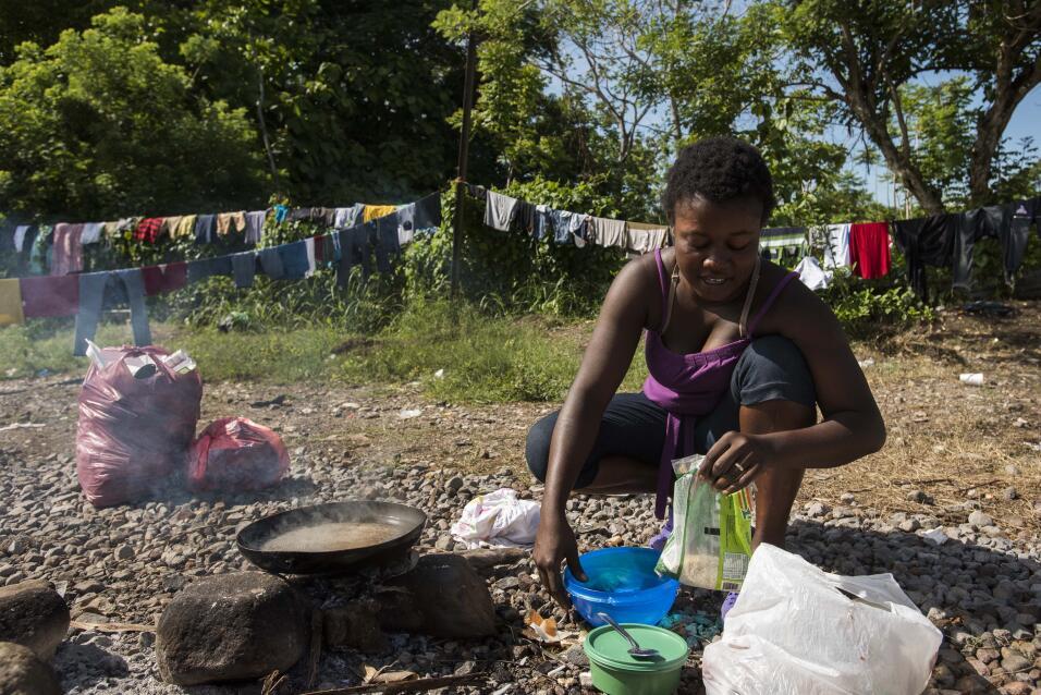 Los inmigrantes lamentan las malas condiciones de los campamentos donde...