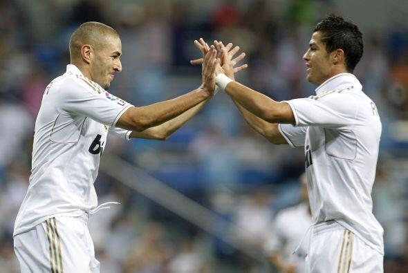 Cristiano Ronaldo, que ya estaba en el campo, lo felicitó.