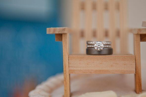 Así fue cómo fotografiaron las argollas de matrimonio, en una silla de p...
