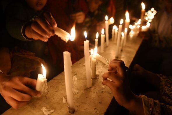 La gente prendió cientos de velas por las víctimas.