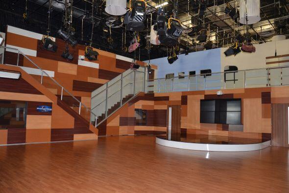 El teatro está equipado con cámaras  y micrófonos. Más de 100 personas t...