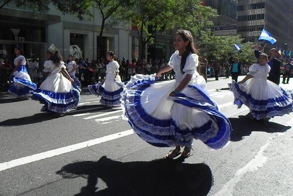 Familias hispanas desfilan por la 5ta Avenida 28b8661f0a3f44bb835fb98ef9...