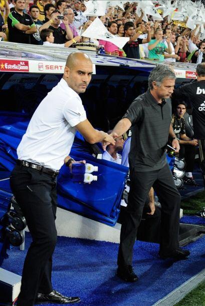 Saludo de pocos amigos, Josep Guardiola, técnico del Barcelona mira a ot...