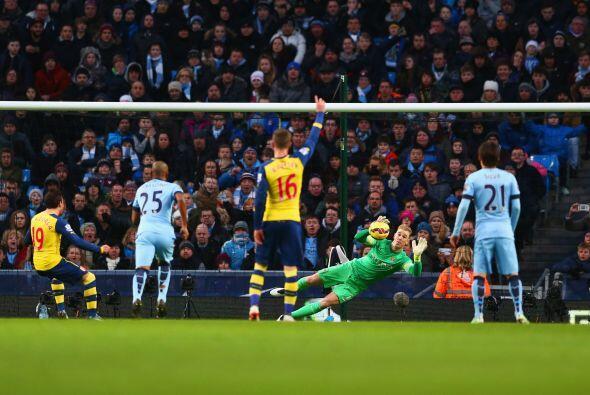 Al minuto 24 Santi Cazorla convertiría el gol desde el punto penal tras...