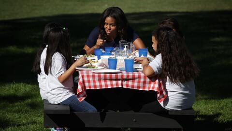 Michelle Obama habla con niñas en los jardines de la Casa Blanca