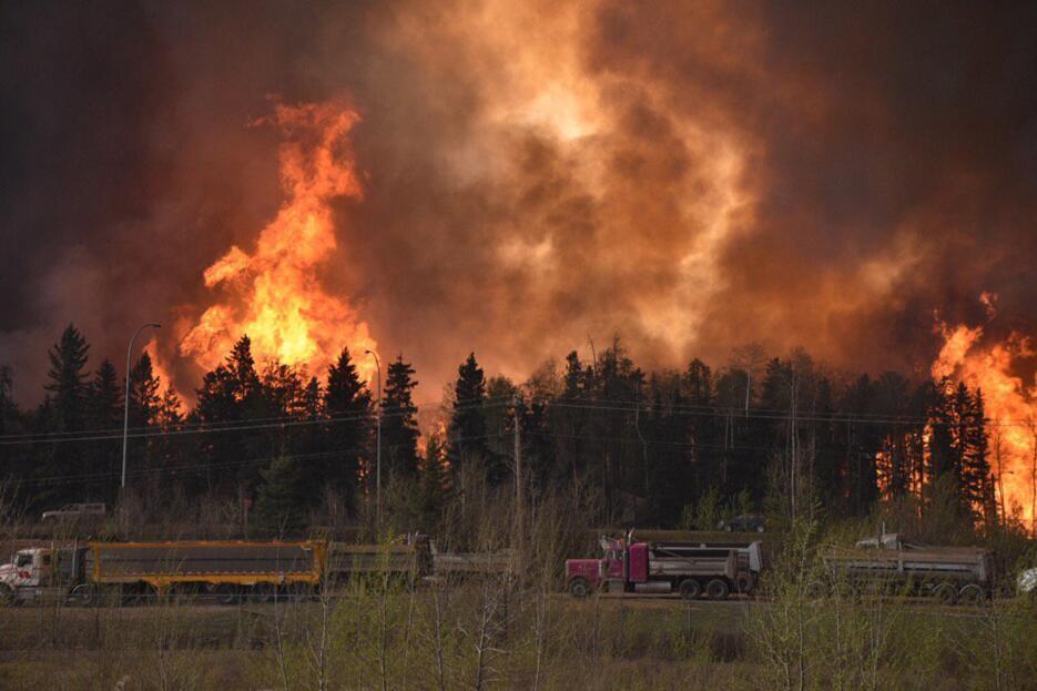 No se detiene el incendio forestal que desencadenó la mayor evacuación d...
