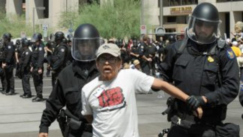 La SB1070 tiene dividido al país entre quienes exigen detener y castigar...