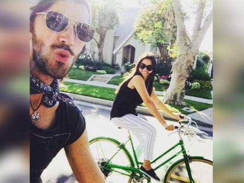 Maite Perroni y su novio, Koko Stambuk, pasean en bicicleta por las call...