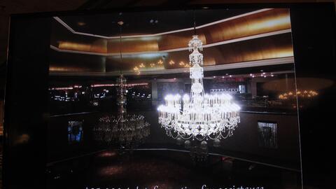 Una de las ostentosas lámparas subastadas en el antiguo casino de...