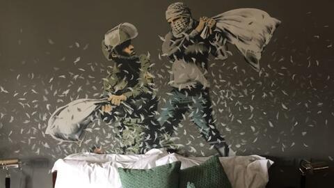 El artista callejero Banksy inaugura un hotel frente al muro israelí de...