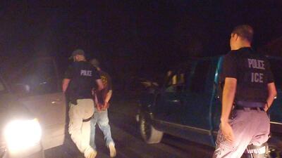 Los detenidos en este operativo de ICE, 52 hombres y dos mujeres, son de...