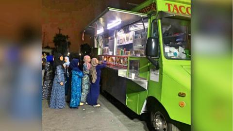 Musulmanes disfrutan de los tacos al salir del Centro Islámico de...
