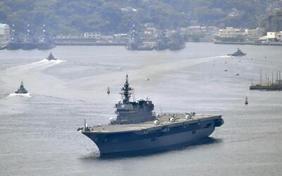 El buque de guerra japonés puede llevar hasta nueve helicó...