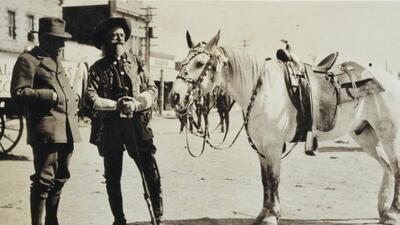 """William Frederick """"Buffalo Bill"""" Cody (der) y el Príncipe Alberto I de M..."""