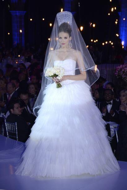 Para cerrar con broche de oro, un vestido de novia de su última colecció...