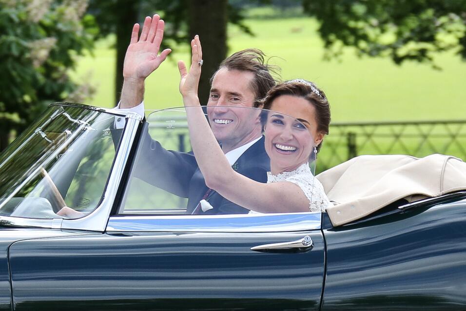 Pippa y su esposo James Matthews, rumbo a la recepción, en un clásico Ja...