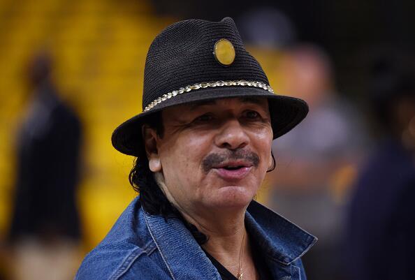 Luego que el mexicano Carlos Santana tocó el himno estadounidense con su...