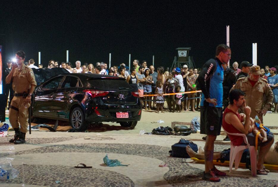 Vehículo arrolla a transeuntes en la playa de Copacabana 2018-01-19t0138...