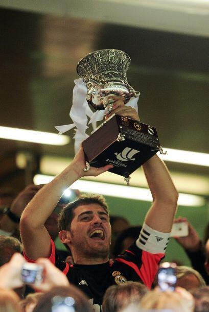 El capitán Casillas fue el encargado de recibir el trofeo.