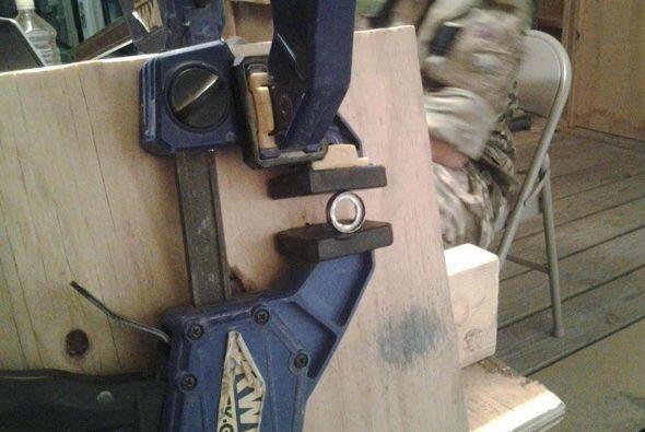 ¡Qué paciencia de este joven soldado para forjar el anillo de su prometida!