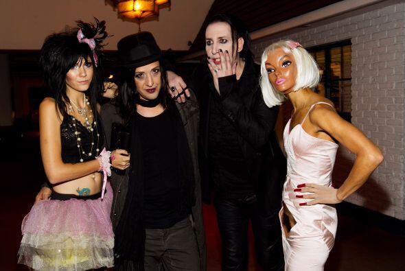 (De derecha a izquierda) Marilyn Manson y su bajista Twiggy Ramír...