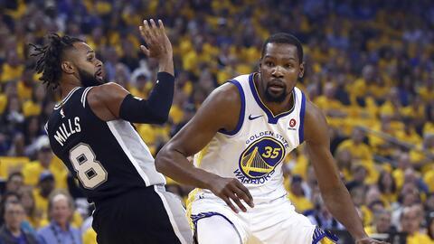 Kevin Durant intenta abrirse espacio entre la defensa rival.