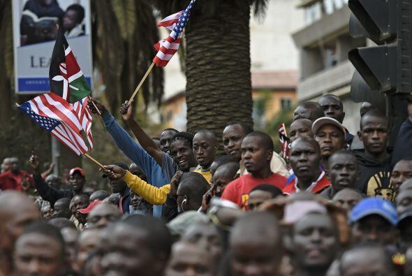 Una multitud de kenianos se reúne cerca de Memorial Park en Nairobi para...