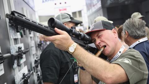 Un cliente probando un rifle en un evento de la NRA.