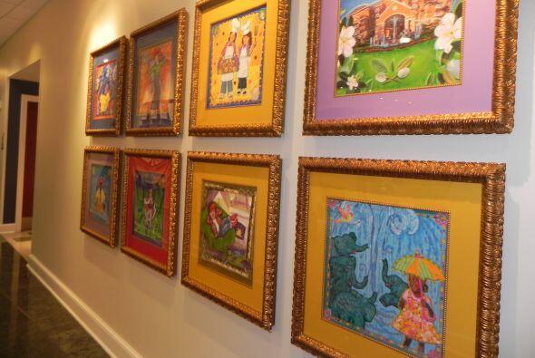 Hay arte, casi todo hecho por los niños, en todas las paredes del edificio.