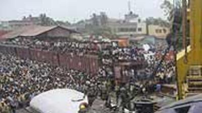 Choque de trenes en India dejó más de 60 muertos y decenas de heridos c2...
