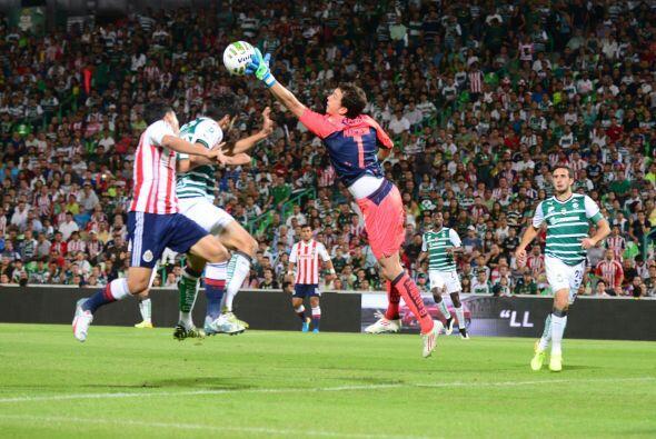 En un duelo espectacular de semifinales, Santos y Chivas igualaron 0-0....