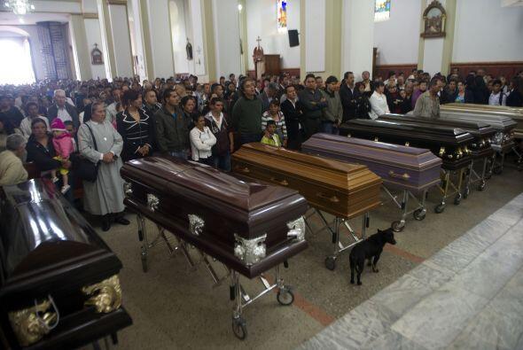 Los ataúdes de las diez víctimas de la matanza fueron llevados en un cor...