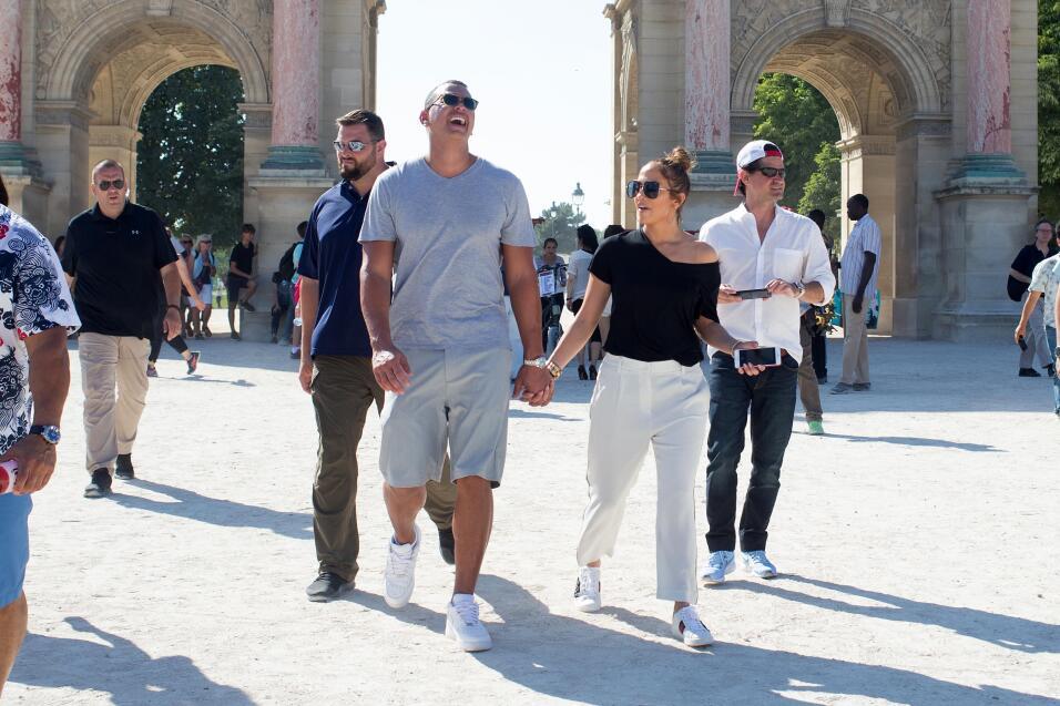 Una sonrisa victoriosa al pasar por el histórico Arco del Triunfo, const...
