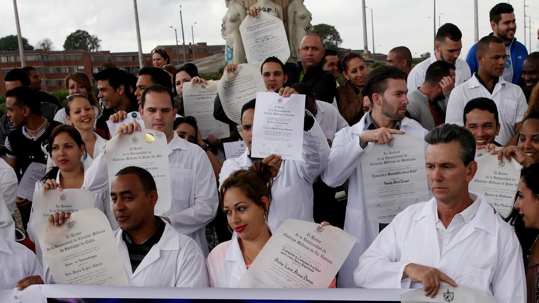 Se estima que unos 8,000 médicos cubanos se beneficiaron del programa de...