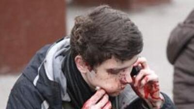 Un hombre herido llama desde el exterior de la estación de metro Parque...