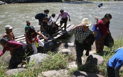 Migrantes indocumentados llegando a México tras haber cruzado el...