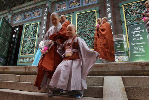 Los niños permanecen en el templo para aprender sobre budismo durante 14...