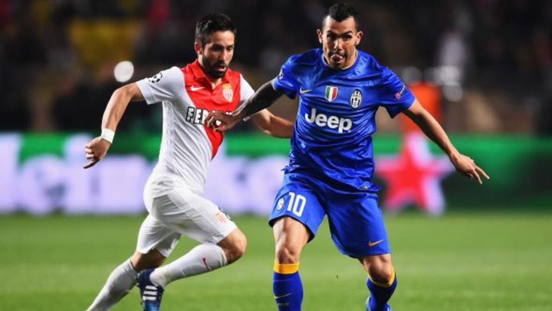 Tévez, aquí peleando un balón con Coutinho, y la Juventus vuelven a una...