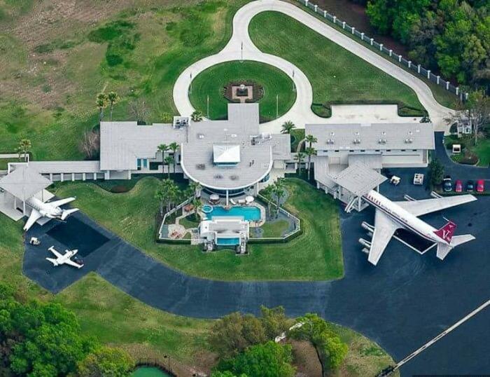 Travolta vive en una pequeña comunidad con su propio aeropuerto privado,...