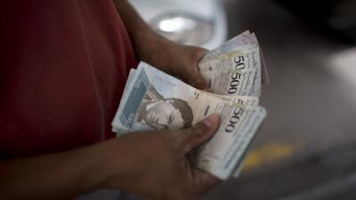 ¿Qué pueden comprar los venezolanos con el salario mínimo tras el aumento hecho por Maduro?