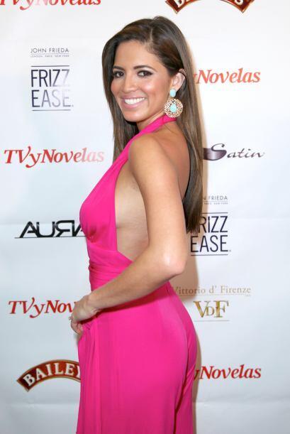 """La presentadora de """"Primer Impacto"""" apostó por un 'jumpsuit' rosa. Su ma..."""