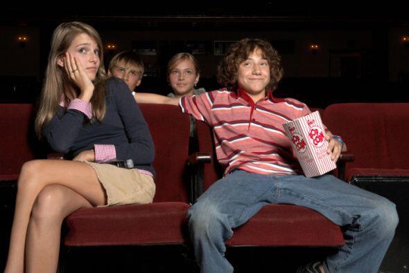 No escogas un lugar como el cine para tu primera cita ya que no podran h...