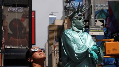 En fotos: Nueva York mira más allá de los rascacielos durante el eclipse solar