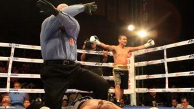 "Eduardo ""Canilla"" Escobedo noqueó en el segundo round a Joksan ""Torito""..."
