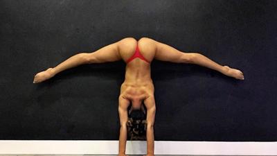 Conoce a la espectacular Jess Taras, una maestra que hace yoga al desnudo