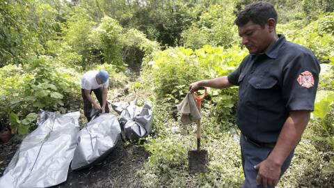 Equipo forense retira el cuerpo de un hombre en un paraje de Acapulco