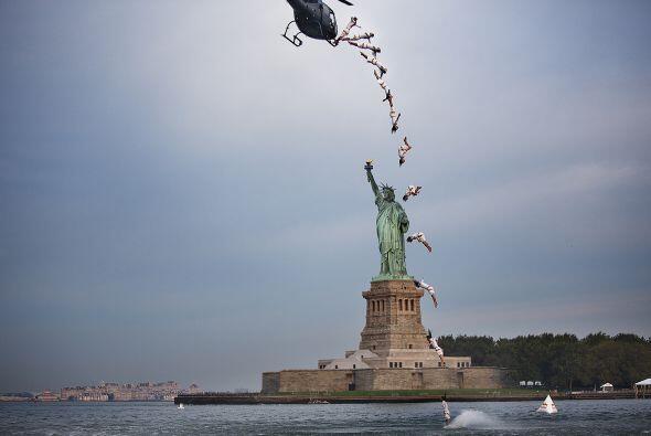 Orlando Duque realiza un asombroso clavado frente a la Estatua de la Lib...